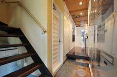 左手前から階段、トイレ、靴箱と並んでいます。框の先がリビングです。(2012-07-04,周辺環境,ENTRANCE,1F)