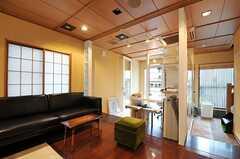 カウンター側から見たリビングの様子。インテリアデザインのオフィスとは、引き戸で切り分けることが出来ます。(2012-07-04,共用部,LIVINGROOM,1F)