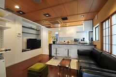 リビング全体の様子。元は純和風な空間だったそうですが、ソファとカウンターテーブルが置かれ、雰囲気は大きく変わっています。(2012-07-04,共用部,LIVINGROOM,1F)