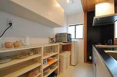 キッチンの様子。食器類は左手の棚に収容されています。(2012-07-04,共用部,KITCHEN,1F)
