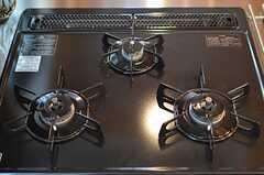 3口ガスコンロの様子。(2012-07-04,共用部,KITCHEN,1F)