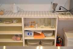 食器棚の様子。天板はタイル張りです。(2012-07-04,共用部,KITCHEN,1F)