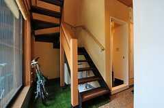 階段の様子。階段脇にスペースがあれば、自転車も停められます。(2012-07-04,共用部,OTHER,1F)