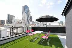 屋上は人工芝が敷かれ、テーブルとチェアが置かれています。(2012-07-19,共用部,OTHER,3F)