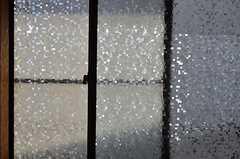 窓にはフィルムが貼られています。(203号室)(2012-07-04,専有部,ROOM,2F)
