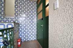 玄関ドアの様子。緑色がキャッチーです。(2014-06-16,周辺環境,ENTRANCE,2F)