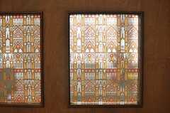 ドアのガラスにはレトロな模様のシールが貼られています。(2014-06-16,共用部,LIVINGROOM,3F)