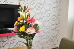 花が飾られています。(2014-06-16,共用部,LIVINGROOM,3F)