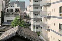 窓からの景色。大通りの裏側は古く建つ住宅が並びます。(404号室)(2014-06-16,専有部,ROOM,4F)