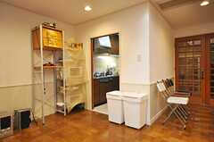 シェアハウスのラウンジの様子4。奥はキッチンになっています。(2009-10-13,共用部,LIVINGROOM,)