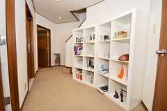 ラウンジ前に設置された本棚。(2009-10-13,共用部,OTHER,)