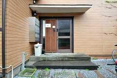 シェアハウスの正面玄関。(2015-04-20,周辺環境,ENTRANCE,1F)