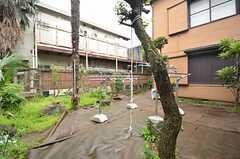 庭の様子。希望があれば有料で使える物置を設置するそう。(A棟104号室)(2015-04-20,専有部,ROOM,1F)