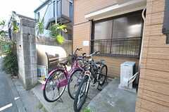 もう一つの駐輪場の様子。ゴミステーションもあります。(2012-03-27,共用部,OTHER,1F)
