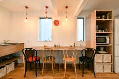 カウンターテーブルの様子。イスのデザインは、それぞれ異なります。(2018-04-02,共用部,LIVINGROOM,2F)