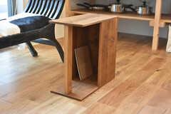 ベンチ脇に設置されたテーブルの様子。本や雑誌が収納できるタイプです。(2018-04-02,共用部,LIVINGROOM,2F)