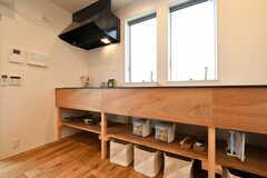 シンク下は収納スペースです。フライパン、炊飯器、カラトリーが収納されています。(2018-04-02,共用部,KITCHEN,2F)
