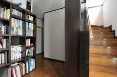 玄関をあがって左手にリビングへつながる廊下、正面に階段があります。(2012-04-10,周辺環境,ENTRANCE,1F)