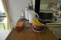 キッチンカウンターの様子。バナナの一つはイミテーション。(2012-04-10,共用部,KITCHEN,1F)