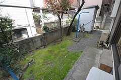 リビングの掃き出し窓から庭に出られます。(2012-04-10,共用部,OTHER,1F)
