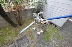 今は修繕中ですが、庭には井戸用の手押しポンプも。(2012-04-10,共用部,OTHER,1F)