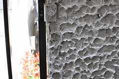ベランダの壁は荒く、毛糸などの衣類の際はちょっと注意が必要かも。(204号室)(2012-04-10,専有部,ROOM,2F)