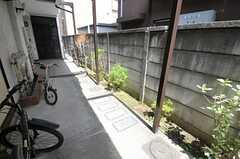 自転車、バイクはアパートの共用廊下に置くことが出来ます。(2012-04-10,共用部,GARAGE,1F)