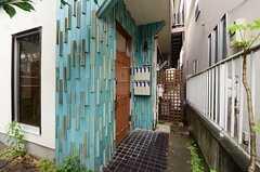 正面玄関の様子。玄関脇にはポストがあります。(2013-06-12,周辺環境,ENTRANCE,1F)