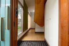 玄関から見た内部の様子。突き当り右手にリビングがあります。(2013-06-12,周辺環境,ENTRANCE,1F)