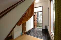 内部から見た玄関まわりの様子。(2013-06-12,周辺環境,ENTRANCE,1F)