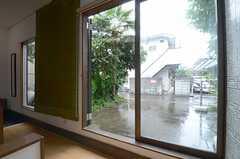 廊下の窓を開けると、庭に出られます。(2013-06-12,共用部,OTHER,1F)