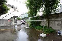 庭の様子。物干しができます。(2013-06-12,共用部,OTHER,1F)