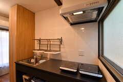キッチンの様子。1口のIHクッキングヒーターが2台用意されています。(2017-09-13,共用部,KITCHEN,1F)