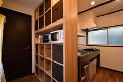 キッチンの脇が収納棚です。収納棚にはキッチン家電と収納が用意されています。(2017-09-13,共用部,KITCHEN,1F)