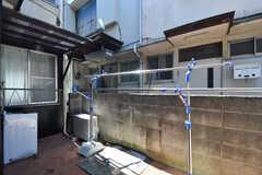 玄関脇が物干しスペースです。屋根の下に洗濯機が設置されています。(2017-09-13,共用部,LAUNDRY,1F)