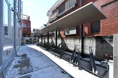自転車置き場の様子。屋根付きです。(2019-03-08,共用部,GARAGE,1F)