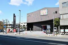 舞台などを楽しめる区民ホール「座・高円寺」も近くにあります。(2019-03-08,共用部,ENVIRONMENT,1F)