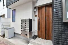 シェアハウスの玄関ドア。郵便受けが設置されています。(2018-02-16,周辺環境,ENTRANCE,1F)