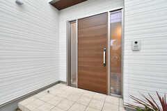 シェアハウスの玄関ドア。(2017-10-25,周辺環境,ENTRANCE,1F)
