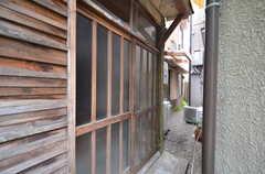 玄関ドアの様子。引き戸です。(2014-05-16,周辺環境,ENTRANCE,1F)