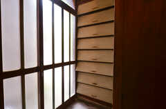 靴箱の様子。部屋ごとに1段を利用できます。(2014-05-16,周辺環境,ENTRANCE,1F)