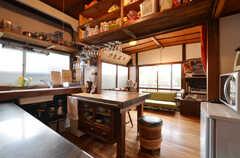 廊下側から見たダイニングの様子。左手にキッチンがあります。(2014-05-16,共用部,LIVINGROOM,1F)