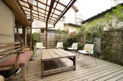 テラスの様子。屋根が付いているので、雨の日でも使えます。(2014-05-16,共用部,OTHER,1F)