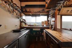 キッチンの様子。冷蔵庫は業務用で天板を作業スペースとして利用できます。(2014-05-16,共用部,KITCHEN,1F)