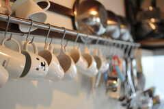 カップ類や調理道具は引っ掛けて保管します。(2014-05-16,共用部,KITCHEN,1F)