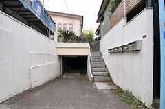 シェアハウスの外観。玄関は階段を上った先にあります。(2013-10-17,共用部,OUTLOOK,1F)