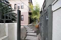 玄関へのアプローチ。(2013-10-17,周辺環境,ENTRANCE,1F)