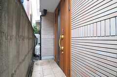 シェアハウスの玄関ドア。(2013-10-17,周辺環境,ENTRANCE,1F)