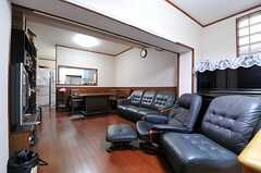 リビングの様子。廊下からは数段下がった場所にあります。(2013-10-17,共用部,LIVINGROOM,1F)