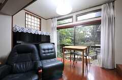 掃出窓からは緑が。(2013-10-17,共用部,LIVINGROOM,1F)